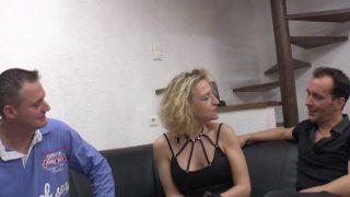 Un couple mature teste la baise à trois