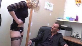 La secrétaire offre son cul à son patron pour une sodomie !